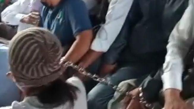 Heboh kabar warga Bekasi dirantai karena mau Sholat Ied.