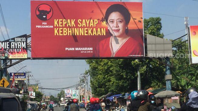 Wali Kota Solo sekaligus anak Presiden Jokowi Gibran disuruh pasang baliho Puan Maharani, anak Ketua Umum Megawati Soekarnoputri.