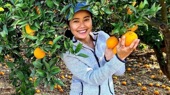 Dewi Pobo, seorang WNI membuat takjub dunia maya karena pekerjakan PRT atau pekerja rumah tangga dari 5 negara. Kini Dewi tinggal di Spanyol.