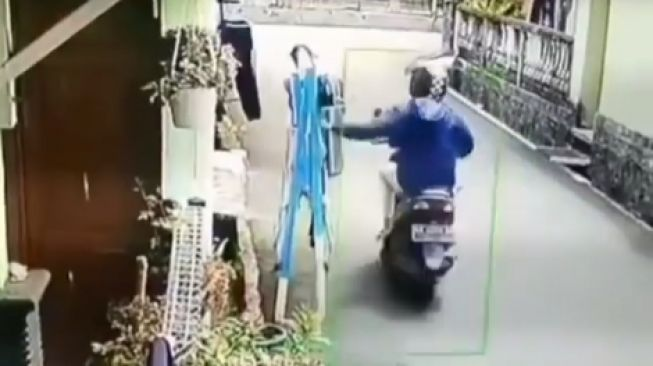 Viral pencuri celana dalam wanita beraksi di siang bolong. Pencurii celana dalam itu naik motor.