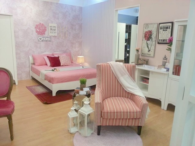 Love the feminine but not frilly vintage-style bed, seat, and dressers from the new Patisia line of SB Furniture's showroom at Market Market in Taguig City. Photo by Francine M. Marquez, InterAksyon.com.