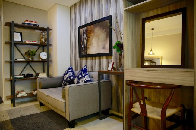 With a good design, the Studio unit at Acacia Escalades can fit in a reading nook and a work station. Photo by Bernard Testa, InterAksyon.