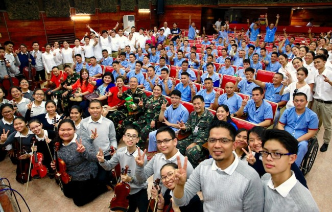 De La Salle Zobel students and wounded soldiers gathered at the V. Luna Medical Center for a concert by the students to honor the military men, August 4, 2016. Photo by Bernard Testa, InterAksyon.