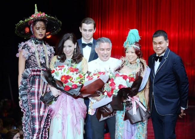 Chito Vijandre (center), featured designer of Red Charity Gala 2016, with event co-chairs Kaye Tinga and Tessa Prieto-Valdes, and Bench CEO Ben Chan, take his bow after his fashion presentation. Photo by Peter C. Marquez, InterAksyon.