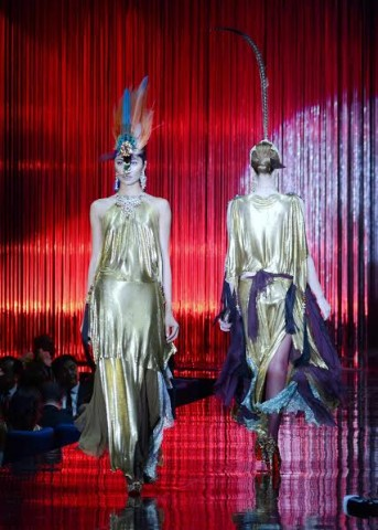 Models wear gold chain metal gowns by designer Chito Vijandre at the 8th Red Charity Gala, October 8, 2016. Photo by Peter C. Marquez, InterAksyon.