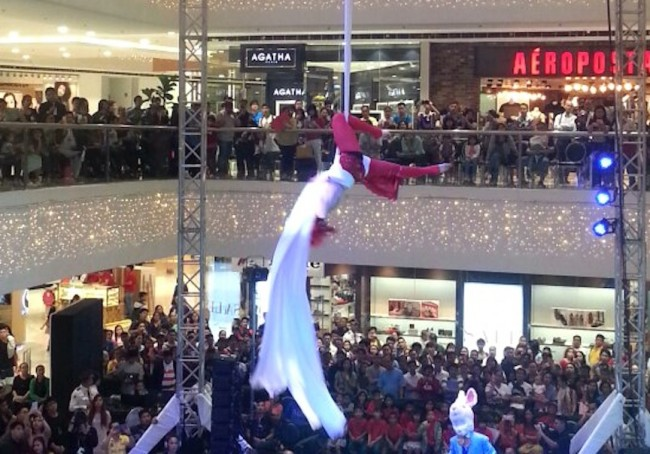 "This Lady in Red aerial silk act is one of the well-applauded numbers at the ""Sky of Snow"" show, November 5 and 6, 2016 at Mega Fashion Hall. Photo by Francine M. Marquez, InterAksyon."