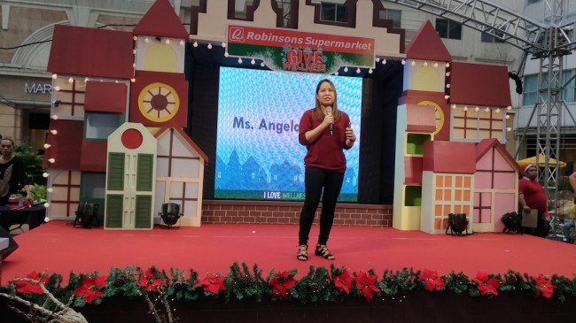 Angelo Totanes, Robinsons Supermarket marketing manager, welcomes mall goers at the store's Give Wellness Fair at Eastwood Mall's open park, November 5, 2016. Photo by Ed Uy.
