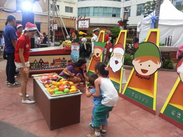 Children pick toy vegetables to play with at the Feed Me Noche Buena booth at Robinsons Supermarket's Give Wellness fair, November 5, 2016. Photo by Francine M. Marquez, InterAksyon.