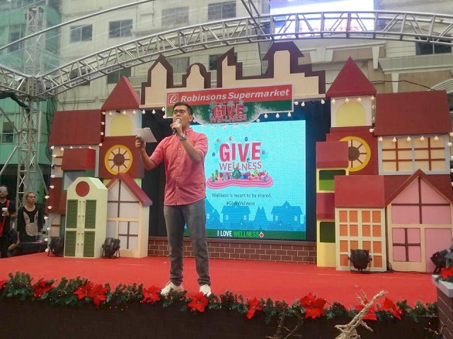 TV celebrity Tonipet Gaba welcomes Eastwood Mall goers at Robinsons Supermarket's Give Wellness weekend fair, November 5, 2016. Photo by Francine M. Marquez, InterAksyon.