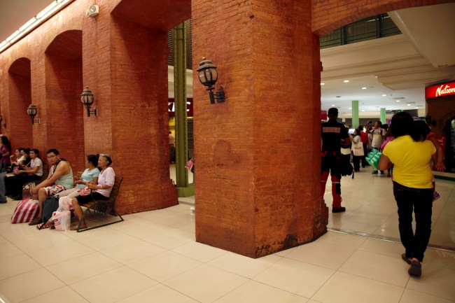 Shoppers can see Tutuban Center's improvements, including air-conditioning, and clean toilets. Photo by Bernard Testa, InterAksyon.