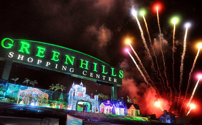 Fireworks light up the sky as Greenhills Shopping Center kicks off its holiday celebration with the start of its yearly Christmas On Display show, November 11, 2016. Photo by Bernard Testa, InterAksyon.