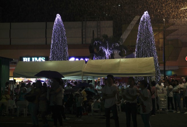 Mall goers at the parking area of Greenhills Shopping Center to view the latter's yearly Christmas On Display mannequin show. Photo by Bernard Testa, InterAksyon.