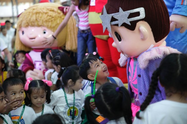 Mascots give cheer to the young guests of Ortigas & Company who were all treated to a party before the start of the Christmas On Display show, November 11, 2016. Photo by Bernard Testa, InterAksyon.