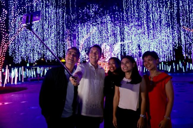 Spectators of Ayala Land's Festival of Lights show have their groufie taken during the show. Photo by Bernard Testa, InterAksyon.