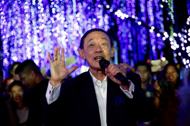 Multi-awarded singer and songwriter Jose Mari Chan surprises fans  at the Festival of Lights show by singing his hit Christmas songs with the UE Chorale on November 17, 2016. Photo by Bernard Testa, InterAksyon.