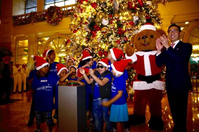 The Peninsula Manila GM Mark Choon, shown here with the hotel's Santa Bear mascot, cheers the kids of Make A Wish Foundation as they light up the Christmas tree, November 10, 2016. Photo by Bernard Testa, InterAksyon.