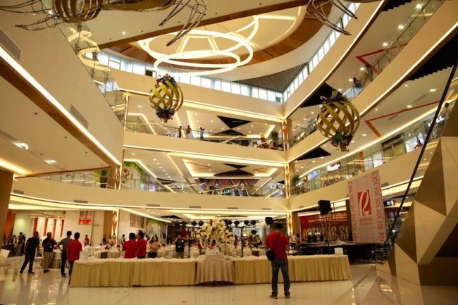 The new Expanded Mall of Robinsons Place Tacloban takes inspiration from the city's bounty including the 'taklub' or conch shell presented through the mall's central lighting fixtures. The expanded mall opens December 8, 2016. Photo by Bernard Testa, InterAksyon.