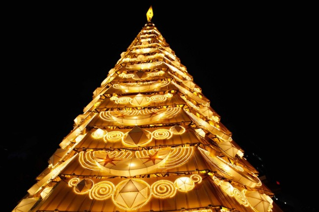 A 70-feet-tall Christmas tree is the centerpiece of UST's Paskuhan tradition, held December 16, 2015. Photo by Bernard Testa, InterAksyon.
