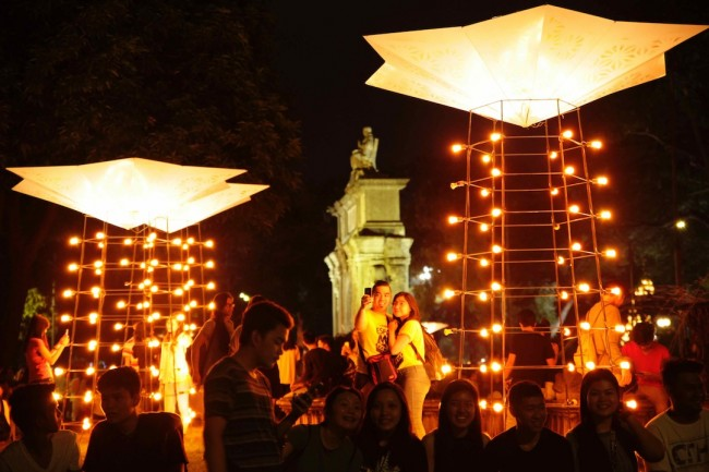 Students enjoy the festive decor at the UST campus during Paskuhan 2016, December 16, 2016. Photo by Bernard Testa, InterAksyon.