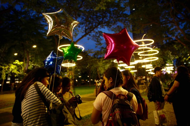 UST Students anjoy the festive atmosphere during Paskuhan 2016, December 16, 2016. Photo by Bernard Testa, InterAksyon.