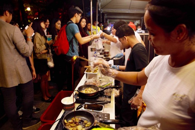 A food stall serves snacks at UST's Paskuhan 2016 celebration on December 16, 2016. Photo by Bernard Testa, InterAksyon.