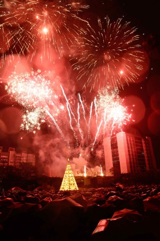 Fireworks fill the sky at UST's Paskuhan 2016 celebrated on December 16, 2016. Photo by Bernard Testa, InterAksyon.
