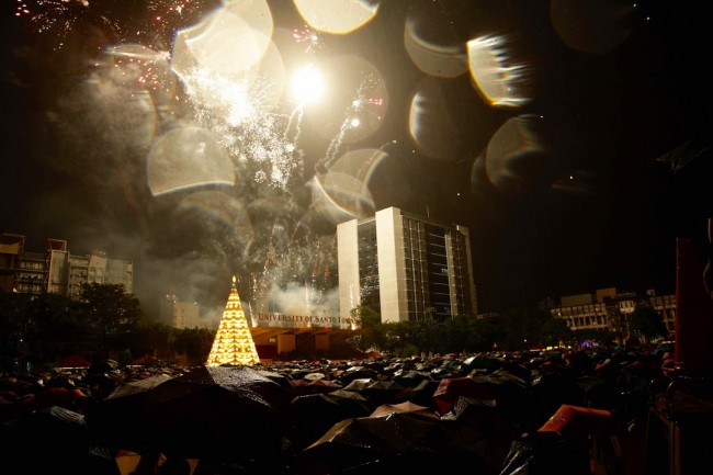 Fireworks fill the sky during UST's Paskuhan 2016 on December 16, 2016. Photo by Bernard Testa, InterAksyon.