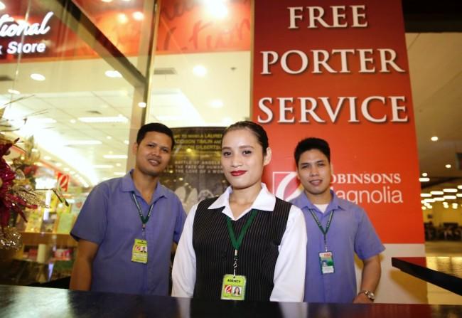 Robinsons Magnolia offers free porter service for shoppers' convenience this holiday season. Photo by Bernard Testa, InterAksyon.