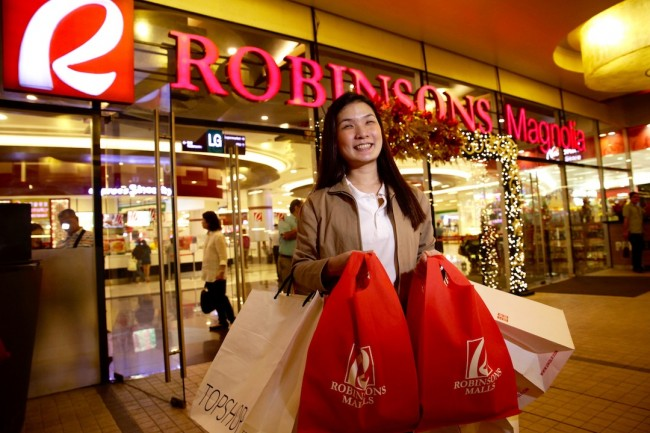 For the holiday season, Robinsons Magnolia aims to offer convenience to shoppers by offering services such as free porter service. Photo by Bernard Testa, InterAksyon.
