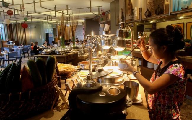 Holiday Inn & Suites Makati's Flavors Restaurant. Photo courtesy of Make It Makati.