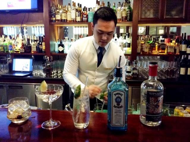 Unwind with some drinks at Raffle's Long Bar. Photo byRomsanneOrtiguero, InterAksyon.