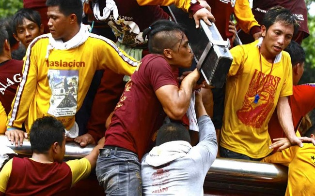 A devotee kisses the Black Nazarene during Traslacion 2016. File photo by Bernard Testa, InterAksyon.