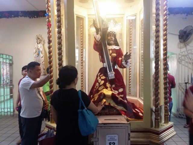 Devotees visit the image of the Black Nazarene at Quiapo Church to offer prayers, January 2, 2017. Photo by Romsanne Ortiguero, InterAksyon.