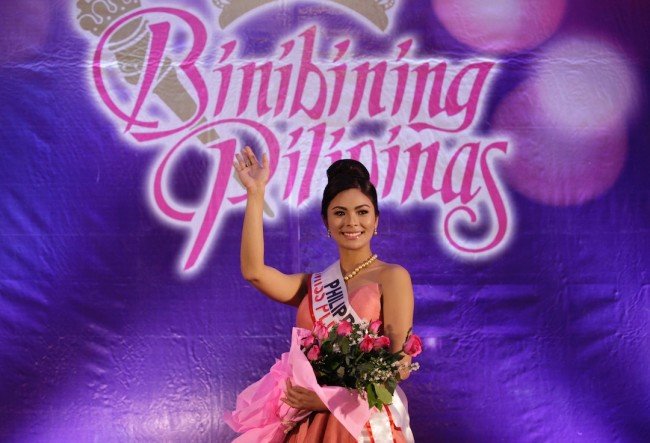 Miss Philippines Maxine Medina waves at her fans and members of press at her send-off party organized by the Binibining Pilipinas Charities, Inc., January 10, 2017. Photo by Bernard Testa, InterAksyon.