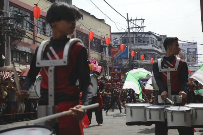 Members of a drum bugle corps play along the streets of Quiapo in Manila during the Traslacion, January 9, 2017. Photo by Bernard Testa, InterAksyon.