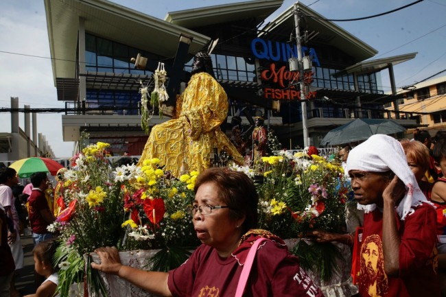 Devotees parade a replica of the Black Nazarene image during Traslacion, January 9, 2017. Photo by Bernard Testa, InterAksyon.