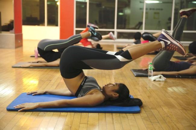 According to fitness coach Cuay, Miss Philippines Maxine Medina's training focuses on abdominal exercises. Photo by Bernard Testa, InterAksyon.