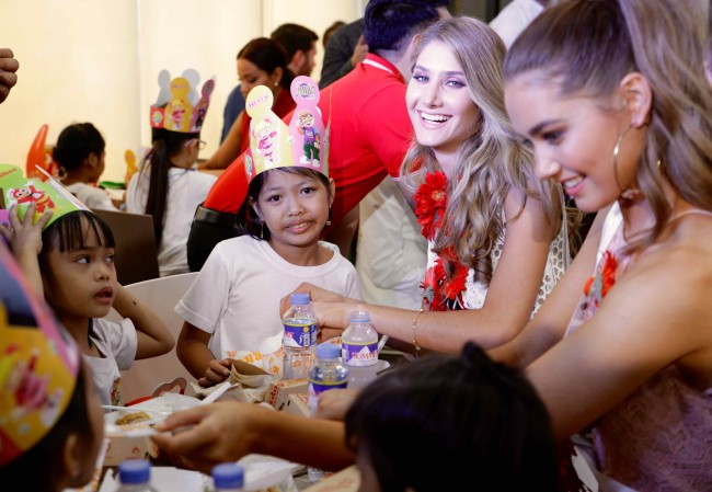 Miss Venezuela Mariam Habach and Miss Australia Caris Tiivel ate together with some of the abandoned and neglected girls of Concordia Children's Services of Sta. Mesa Manila at Jollibee Blue Bay in Pasay City. Photo by Bernard Testa, InterAksyon.