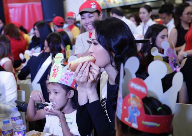 Miss China Li Zhenying enjoys a bite of Jolly Hotdog.  Photo by Bernard Testa, InterAksyon.