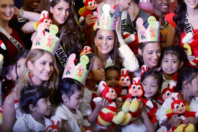 The candidates hand out Jollibee Blush Dolls to the kids of Concordia Chidren's Services during an outreach activity by the ladies at the fast-food chain's Pasay City branch, January 23, 2017. Photo by Bernard Testa, InterAksyon.