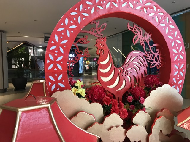 Shangri-la Plaza rings in the Year of the Rooster with festive Chinese-themed decor and a series of fun-filled activities till February 5, 2017. Photo courtesy of Shangri-la Plaza.