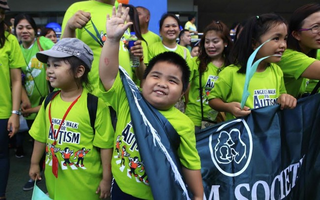 A young participant joins the yearly Angels Walk for Autism at the MOA complex, January 17. 2016. InterAksyon file photo/Bernard Testa.