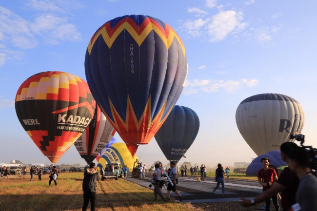 Come fly with your friends and family on a hot air balloon at the country's longest running aviation event. Photo courtesy of DOT.