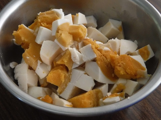 Step 4. Add chopped salted eggs into beaten egg mixture. Photo by Dolly Dy-Zulueta, InterAksyon.