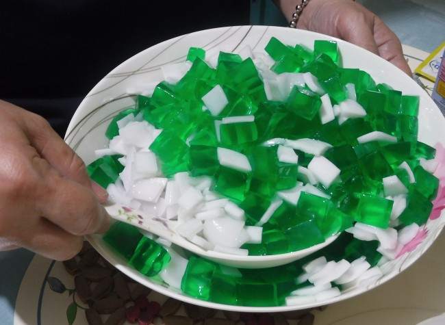 Step 5. In a bowl, combine the gelatin and coconut meat. Photo by Dolly Dy-Zulueta, InterAksyon.
