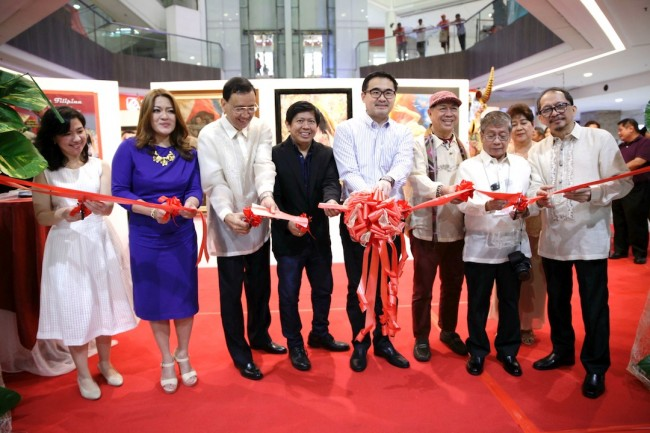 Filipino artists and Robinsons Land Corporation executives grace the ribbon-cutting ceremony of 'Figuras Filipinas' at Robinsons Galleria on February 24, 2017. In photo, from left: Elizabeth D. Gregorio, Robinsons Hotels and Resorts general manager; Grace Francisco-Torres of the Malabon City Tourism Council; Robert Hombrebueno; Lito de Guzman; Frederick D. Go, president of Robinsons Land Corporation (RLC), and featured artists NeMiranda, Romi Mananquil, and August Santiago, Jr. The exhibit runs from February 24 to March 4, 2017. Photo by Bernard Testa, InterAksyon.