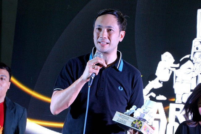 TV personality TJ Manotoc accepts his award from DTC for his continued support for the group's Kariton Klasrum program. Photo by Jhun Dantes for InterAksyon.