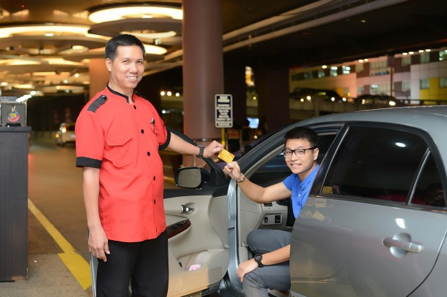 A Robinosns Mall VIP cardholder enjoys the establishment's priority valet service. Photo courtesy of RLC.