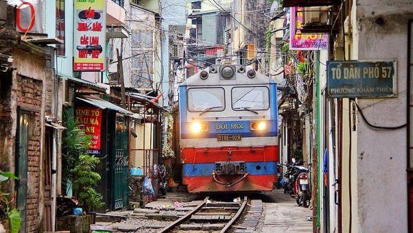 Hanoi Menawarkan Sensasi Selfie di Rel Kereta