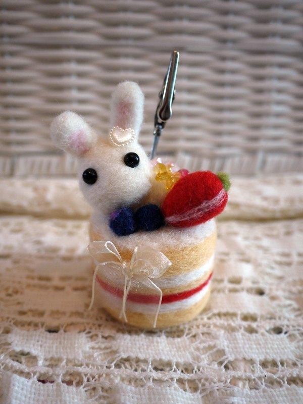 羊毛毡~小兔子生日蛋糕名片夹 便条夹 - 设计师品牌